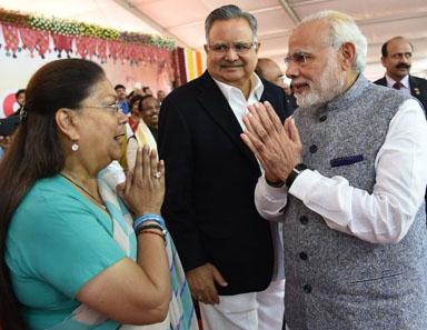 राजे गुजरात सीएम के शपथ ग्रहण समारोह में शामिल हुईं