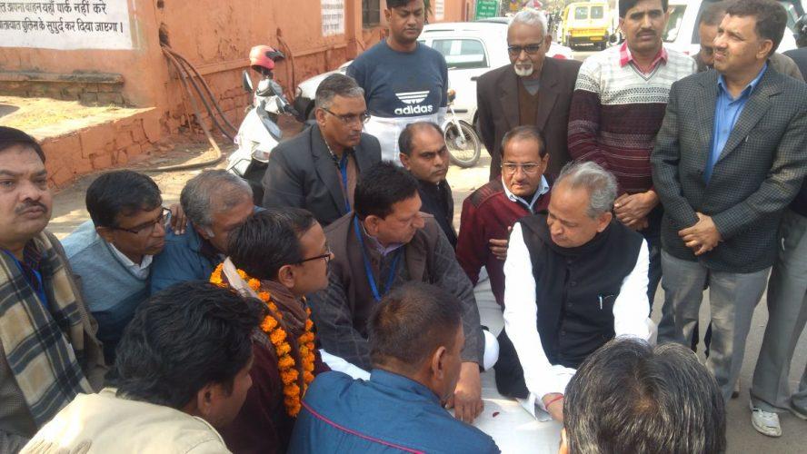 पूर्व cm अशोक गहलोत पहुंचे जयपुर के पत्रकारो के अनशन पर