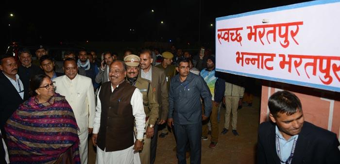 मुख्यमंत्री की हंसी छूटी, जब देखा साइन बोर्ड पर : स्वच्छ भरतपुर, भन्नाट भरतपुर