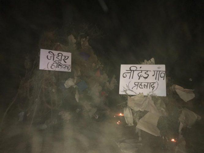 निंदड में किसानों ने विरोध स्थल पर जलाई सरकार रूपी होली