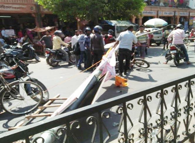इसलिए हमेशा हेलमेट पहनों: चांदपोल बाजार में चलते राह बाइक सवार पर बिजली का पोल गिरा