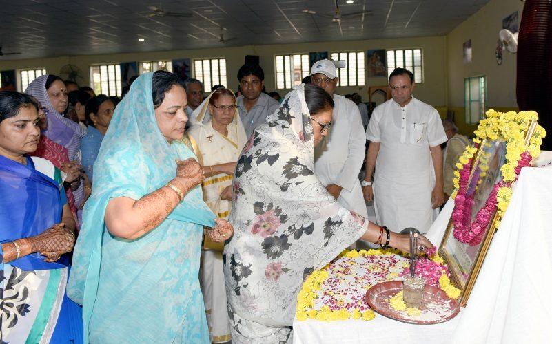 मुख्यमंत्री ने एनके गुप्ता की माताजी को श्रद्धांजलि दी