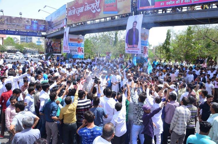 पेट्रोल-डीजल एवं पानी की दरों के विरोध में कांग्रेस का कलेक्ट्री पर हल्ला बोल