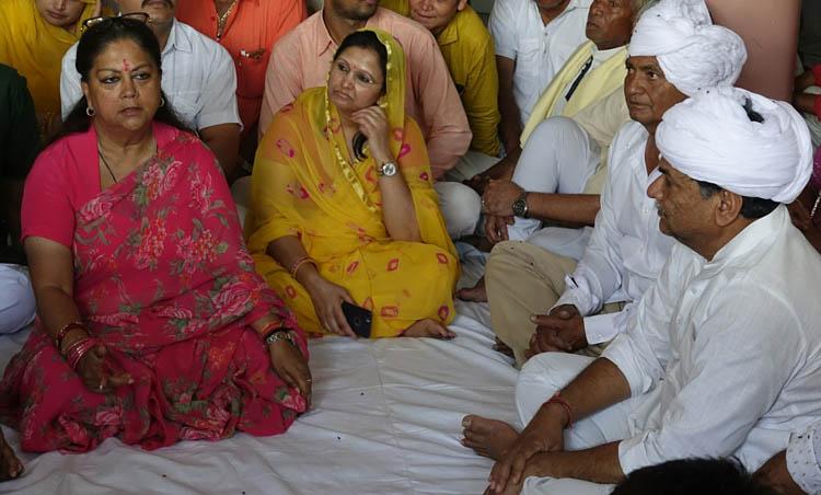 मुख्यमंत्री ने रामकिशन वर्मा और महिपत सिंह हाड़ा की माताजी को श्रद्धांजलि दी
