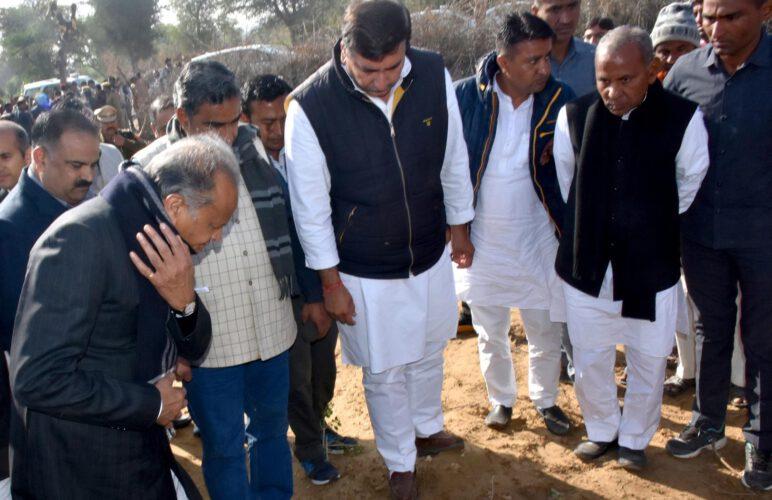 मुख्यमंत्री ने लिया टिड्डी से फसलों को हुए नुकसान का जायजा  -आज से ही विशेष गिरदावरी के आदेश