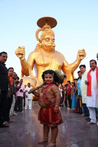 &tv के 'कहत हनुमान जयश्रीराम' से माता अंजनि और बाल हनुमान, सबसे बड़े 'हनुमान प्राणप्रतिष्ठा' का शुभारंभ करने इंदौर पहुंचे