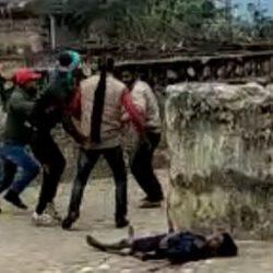 हैवानियत: भरे बाजार भाई ने ब्लेड से रेत दिया भाई का गला, शर्मनाक: लोग बनाते रहे वीडियो