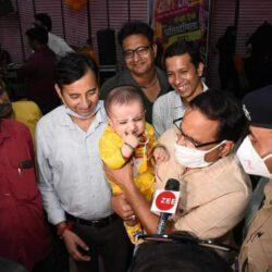 प्रेस क्लब में नन्हे मुन्ने कृष्ण और राधा की अठखेलियां