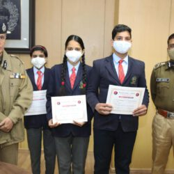 डीजीपी ने आवाज प्रोग्राम के तहत स्कूली बच्चों को दिए प्रशंसा पत्र